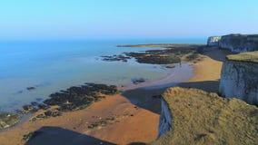 Rocas hermosas de la bahía y de la tiza de la botánica en Inglaterra desde arriba metrajes