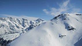 Rocas hermosas de las montañas del paisaje de la naturaleza de la montaña del lago metrajes