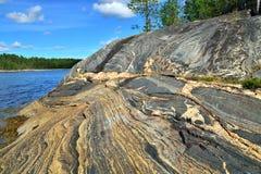 Rocas hermosas en la orilla del mar blanco Bahía Chupa, Karelia, Rusia fotos de archivo