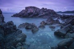 Rocas hermosas a lo largo de la costa costa en el amanecer Fotos de archivo libres de regalías