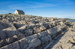 Rocas hermosas y pequeña iglesia en el mar adriático en Croacia Europa Imagen de archivo