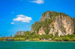 Rocas impresionantes en la costa costa de Tailandia Fotos de archivo libres de regalías