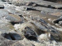 rocas laterales del río imagenes de archivo