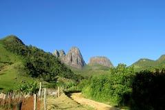 Rocas lisas de la montaña en el bosque tropical del Brasil Fotos de archivo