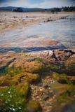 Rocas a lo largo de la orilla del lago Imagen de archivo