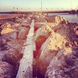 Rocas a lo largo del agua Foto de archivo