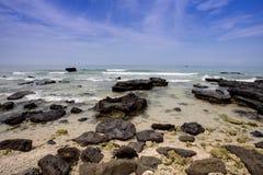 Rocas, mar y cielo azul Imagen de archivo