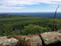 Rocas masivas y vista al valle en el parque de estado de Minnewaska Imagenes de archivo