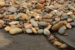 Rocas mojadas coloridas Fotos de archivo