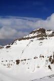 Rocas Nevado en día agradable del sol Foto de archivo libre de regalías