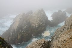 Rocas, niebla, y el océano azul Foto de archivo libre de regalías
