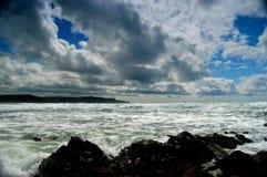 Rocas, nubes y océano Foto de archivo libre de regalías