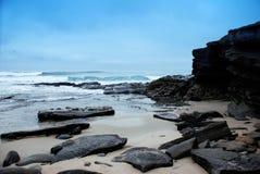 Rocas, océano, playa y cielo Fotos de archivo