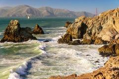 Rocas, ondas y Golden Gate del puente Fotos de archivo libres de regalías