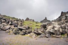 Rocas, piedras y cantos rodados en las montañas del Cáucaso Fotos de archivo libres de regalías