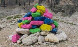 Rocas pintadas en paso de montaña Foto de archivo
