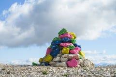 Rocas pintadas en paso de montaña Fotos de archivo