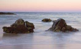 Rocas por la línea de la playa del océano Fotografía de archivo libre de regalías