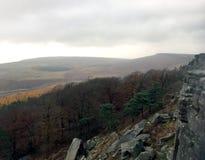 Rocas que han ca?do de resto del borde de Stanage en la colina abajo imagen de archivo