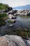 Rocas que llevan al lago Kotenay. Foto de archivo