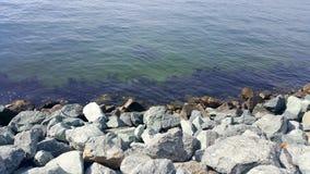 Rocas que mezclan en el agua Fotografía de archivo