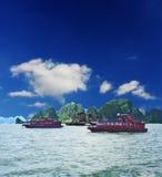 Rocas que se besan de la bahía de Halong Foto de archivo