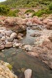 Rocas, río y Pont du Fango en Manso en Córcega Foto de archivo libre de regalías