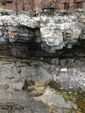 Rocas reveladoras por marea baja Fotos de archivo