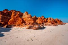 Rocas rojas en el cabo Leveque en Australia occidental fotos de archivo