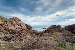 Rocas rosadas en Mull, Escocia del granito Foto de archivo libre de regalías