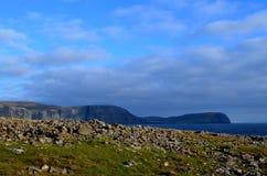 Rocas rugosas que puntean el paisaje en el punto de Neist Imagenes de archivo