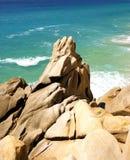 Rocas sobre el mar. Foto de archivo libre de regalías