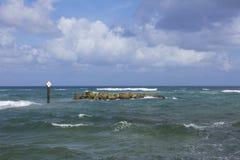 Rocas sumergidas peligro Fotografía de archivo libre de regalías