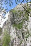 Rocas verticales escarpadas de la montaña foto de archivo libre de regalías
