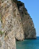 Rocas verticales por el mar, isla de San Nicolás, Budva Fotos de archivo