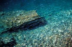 Rocas vistas a través del agua Imagenes de archivo