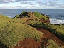 Rocas y acantilado cerca del océano Imagen de archivo libre de regalías