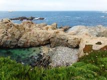 Rocas y acantilados costeros, pequeña bahía con una playa de la arena - del viaje por carretera carretera 1 de California abajo imagen de archivo