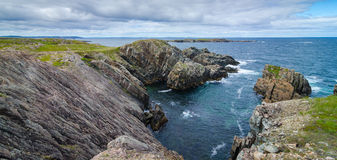 Rocas y afloramientos enormes del canto rodado a lo largo de la costa costa de Bonavista del cabo en Terranova, Canadá Imagen de archivo