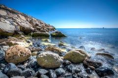 Rocas y aguas azules Foto de archivo libre de regalías
