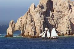 Rocas y barco de vela de Cabo Imagen de archivo