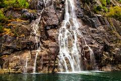 Rocas y cascada superficiales talladas, Noruega Fotografía de archivo