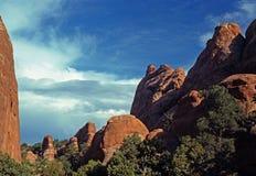 Rocas y cielos rojos del desierto imagen de archivo libre de regalías