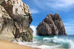 Rocas y el océano Imágenes de archivo libres de regalías