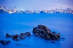 Rocas y la ciudad Imagen de archivo