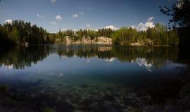 Rocas y lago de Adrspach Imagenes de archivo