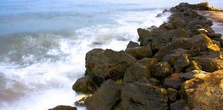 Rocas y mar azul Imágenes de archivo libres de regalías