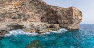 Rocas y mar azul Fotografía de archivo libre de regalías
