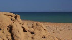 Rocas y mar de la arena del desierto en Cabo de la Vela, La Guajira, Colombia almacen de metraje de vídeo