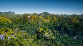 Rocas y montañas de Cat Ba Island en Vietnam Paisaje panorámico Vietnam fotos de archivo libres de regalías